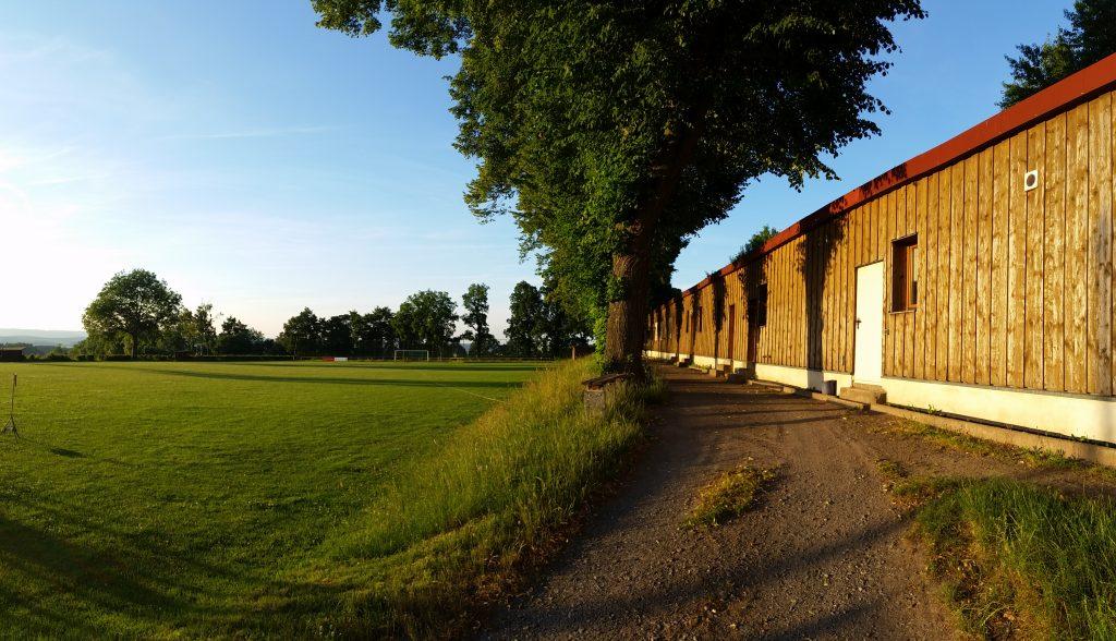 Sportplatz Ranis Zuschauer und Kabinenbereich